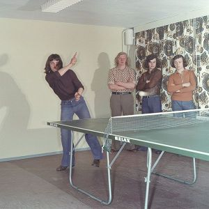 A game of love tennis in the 1970s, decade of feminism and mandatory long hair.  Deutsche Fotothek‎ [CC-BY-SA-3.0-de (http://creativecommons.org/licenses/by-sa/3.0/de/deed.en)], via Wikimedia Commons